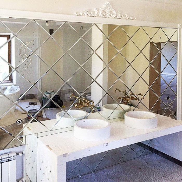 Зеркальная плитка на стене ванной
