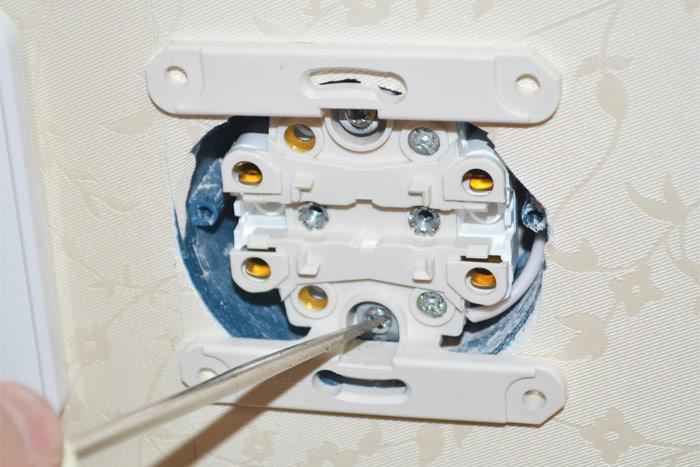 Электрическая розетка с латунными контактами