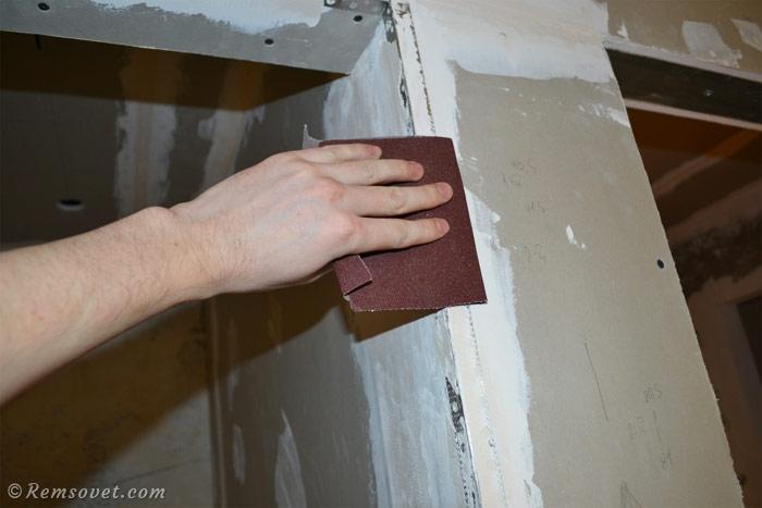 Обработка места установки перфорированного уголка наждачной бумагой