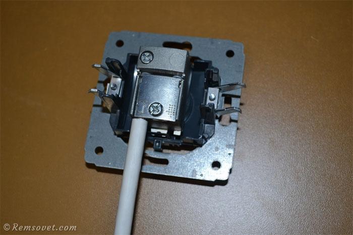 ТВ-розетка с подключенным кабелем