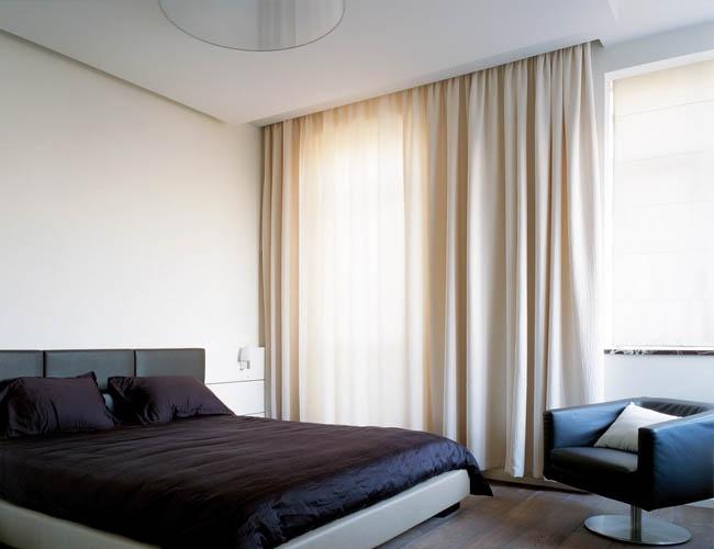 Шторы, начинающиеся от потолка и доходящие до пола визуально увеличивают высоту помещения
