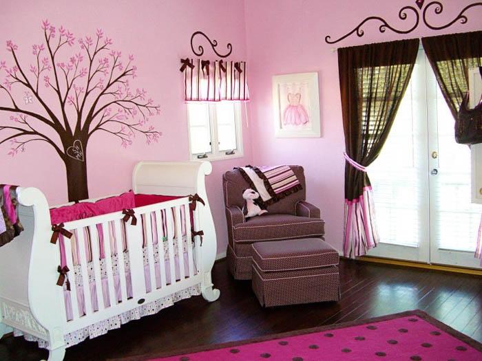 Уютный интерьер комнаты для маленькой девочки в розовом цвете