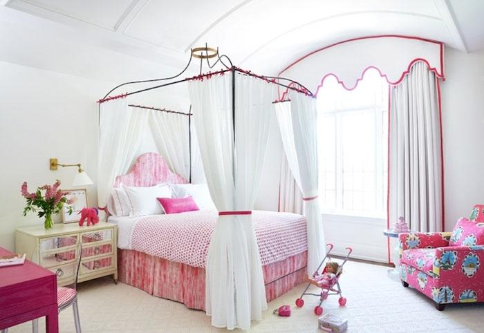 Интерьер детской комнаты с кроватью с балдахином