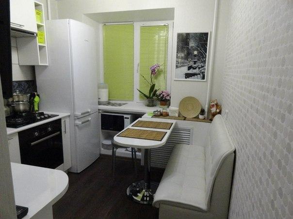Светлые тона интерьера позволяют визуально увеличить пространство маленькой кухни