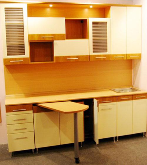 Для удобства на маленькой кухне используют выдвижной столик