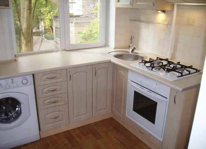 Планировка маленькой кухни - столешница вместо подоконника