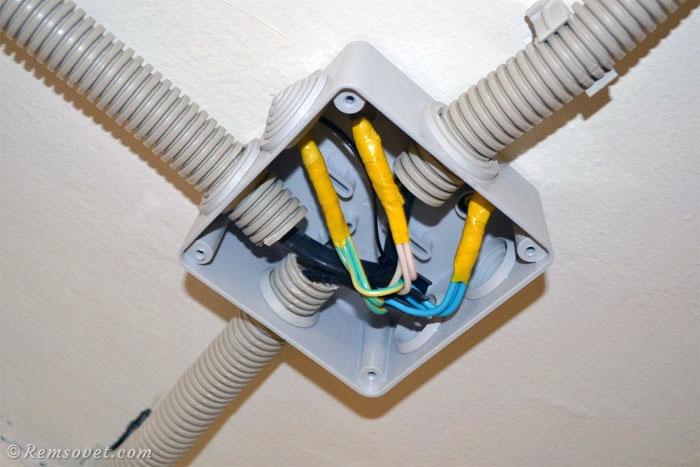 Укладка соединений кабеля в распределительную коробку