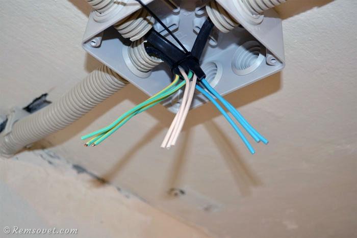Разбиваем жилы кабеля по цвету