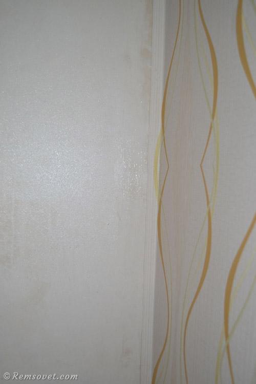 Стык обоев в углу, нахлёст на смежную стену