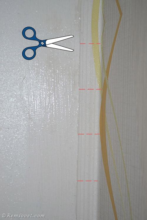 Чтобы было легче загнуть обои на смежную стену, можно сделать небольшие горизонтальные надрезы ножницами