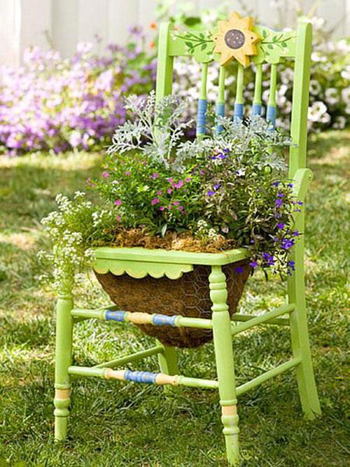Цветочная клумба из стула своими руками