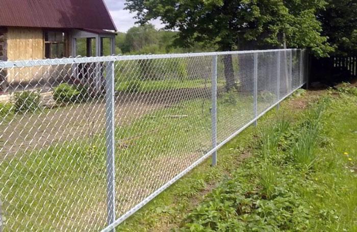 Забор, изготовленный из сетки рабицы