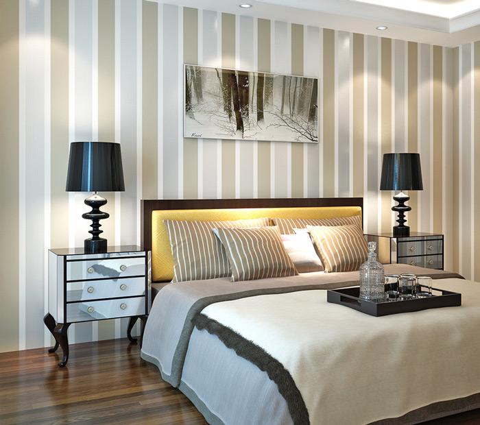 Вертикальные чередующиеся полосы помогают визуально поднять потолок и увеличить пространство помещения