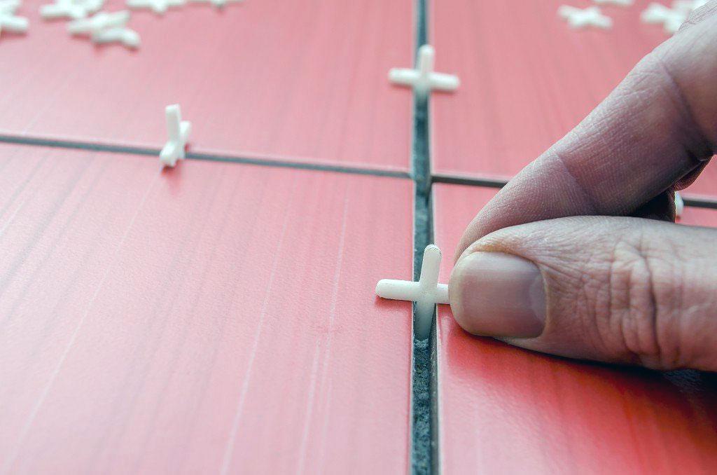 Укладка плитки, установка межшовных крестиков