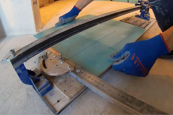 Укладка напольной плитки, резка плитки с помощью плиткореза