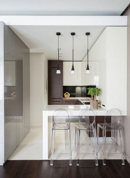 """Стильные """"стеклянные"""" стулья в интерьере кухни в стиле минимализм"""