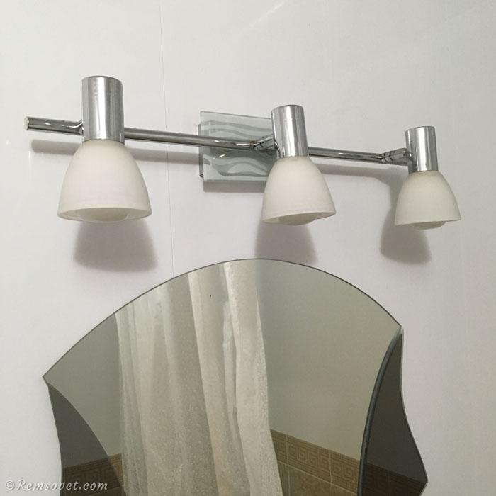 Поворотные светильники над зеркалом в ванной