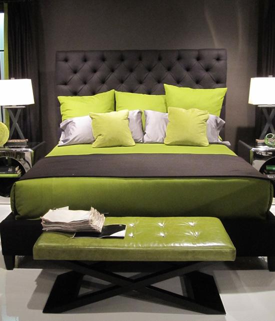 Комбинирование тёмно-серого и зелёного цвета в интерьере спальни