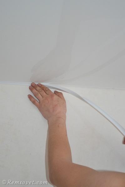 Монтаж декоративной ленты по периметру натяжного потолка
