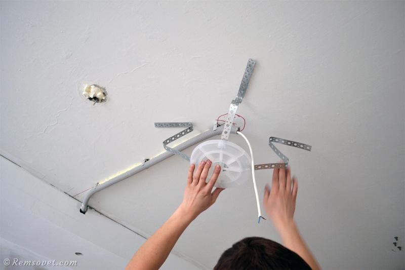 Крепление пластиковой платформы для люстры до монтажа натяжного потолка