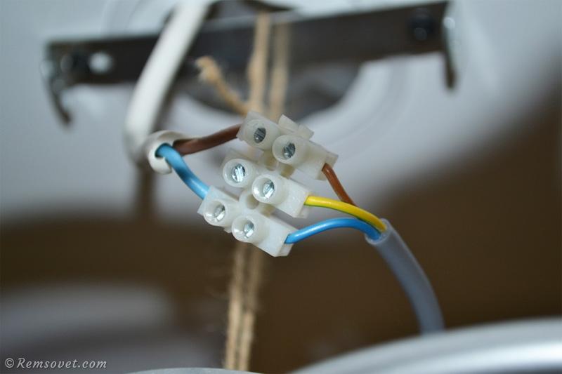 Подключаем электрический кабель к люстре через клеммники