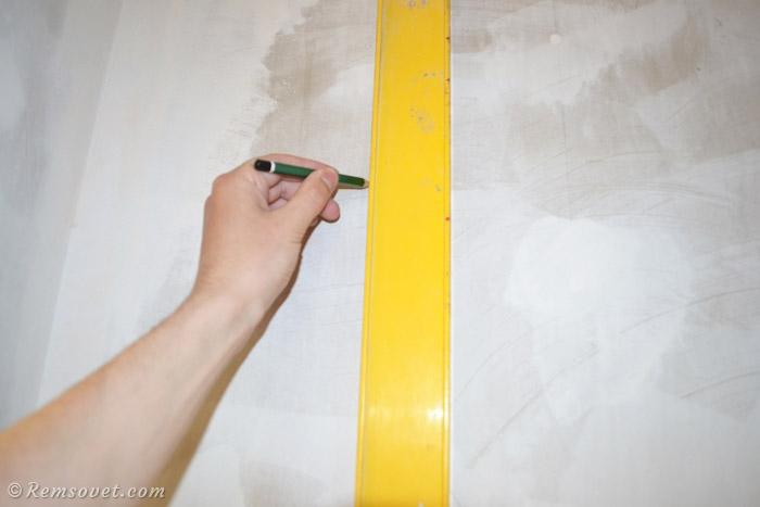 Проводим вертикальную линию при поклейке первого холста обоев