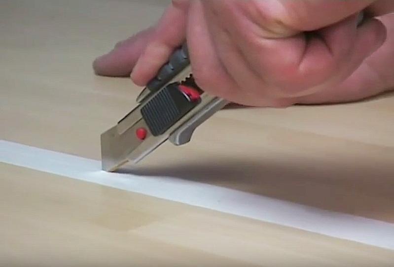 Холодная сварка линолеума: прорезаем бумажный скотч