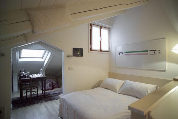 Маленькая уютная спальня на мансарде