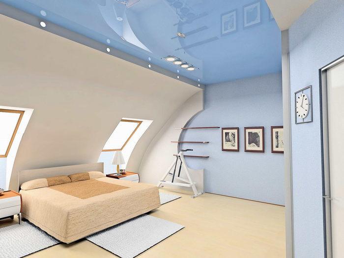 Просторная спальня на мансарде в светлых тонах