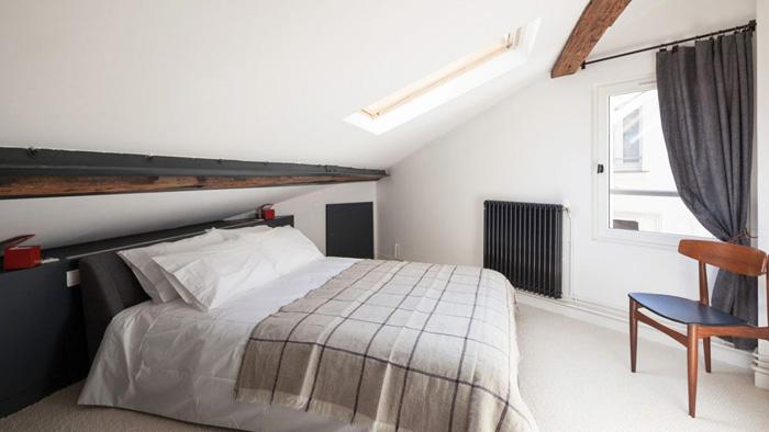 Белый цвет позволяет визуально увеличить пространство маленькой спальни на мансарде
