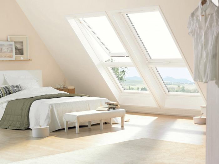 Большие окна на мансарде позволяют визуально увеличить пространство