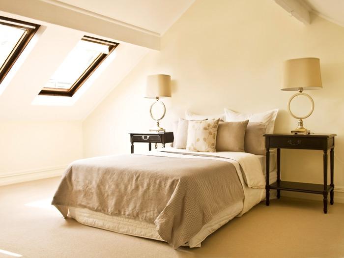 Интерьер спальни на мансарде в классическом стиле
