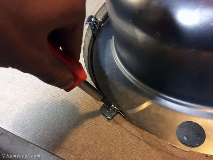 Врезка мойки в столешницу: протяжка болтов