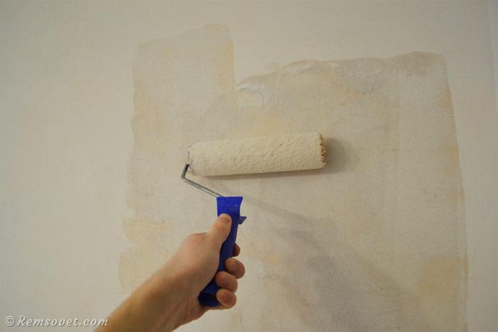 Нанесение грунтовка на отшпаклёванную стену при помощи валика
