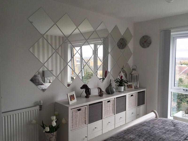 Использование зеркальной плитки в декоре спальни