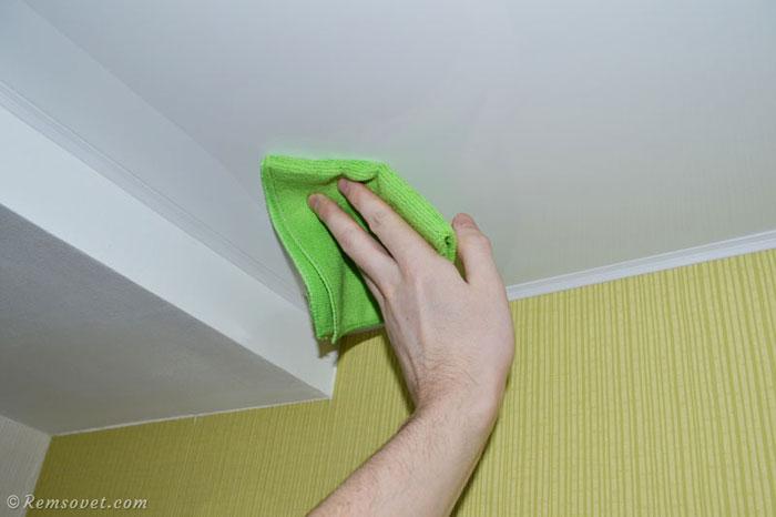 Проверяем моющее средство на малозаметном участке натяжного потолка