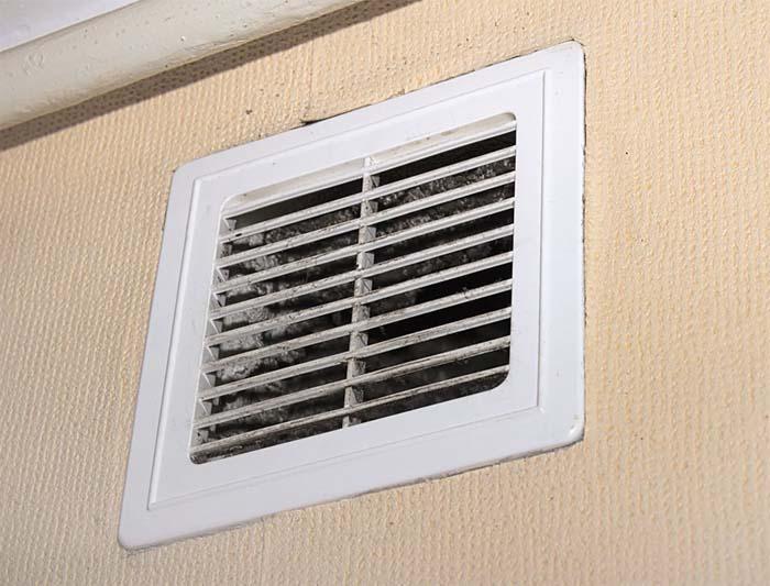 Загрязнённая вентиляционная решётка, нарушение вентиляции воздуха