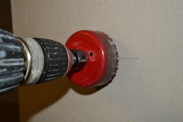 Просверливаем отверстие под подрозетник шуруповёртом с коронкой