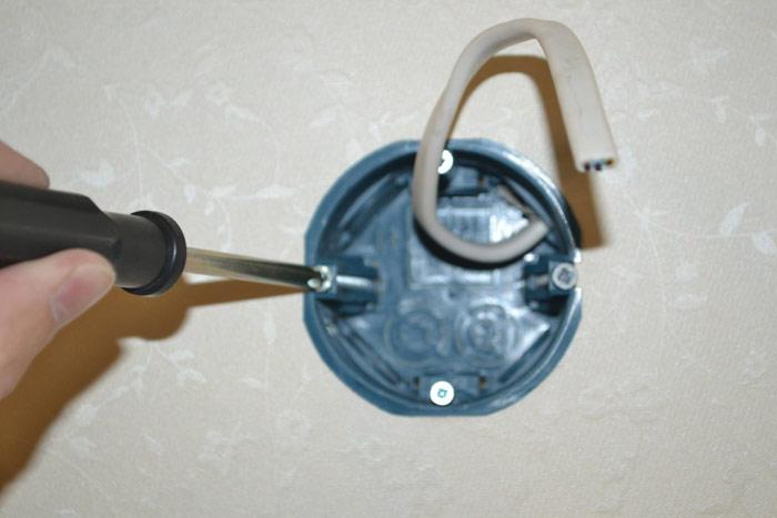 Затягиваем винты фиксаторов(лапок) при помощи отвёртки
