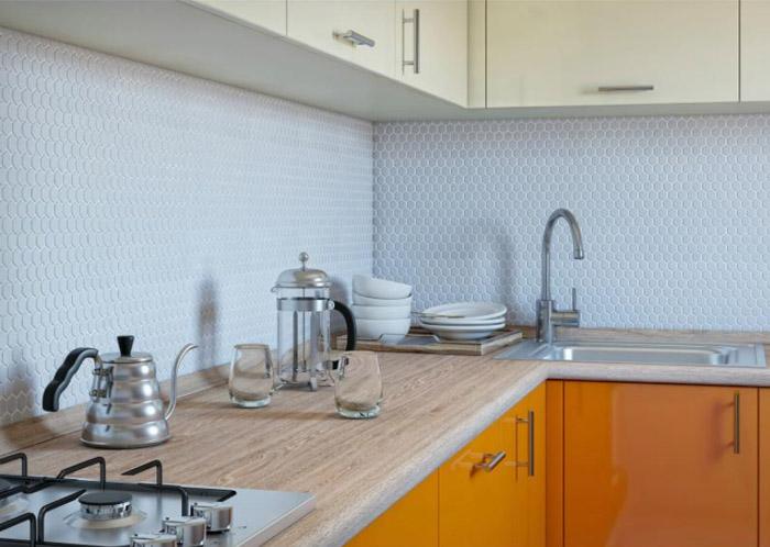 Кухонный фартук из белой мозаики
