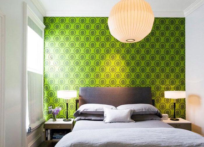 Зелёные обои в интерьере спальни