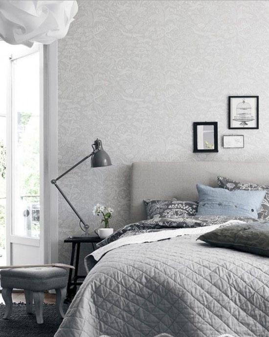 Спальня, оклеенная белыми обоями