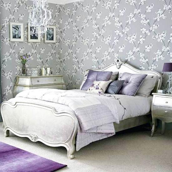 Серые обои с цветочным узором в спальне