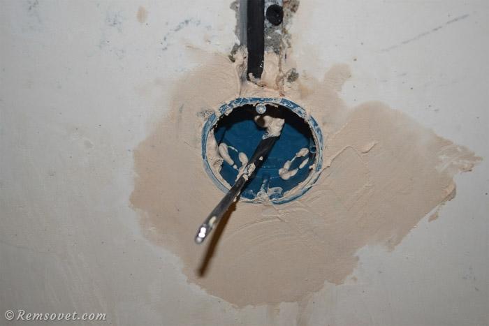 Установка подрозетника в бетонную стену завершена