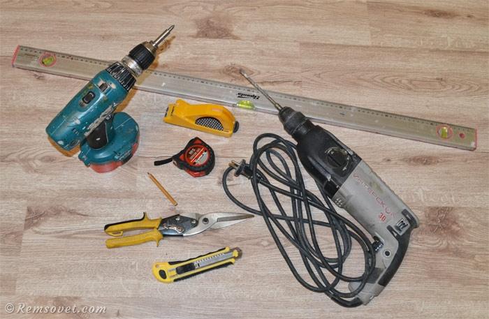 Инструменты для устройства перегородки из гипсокартона: перфоратор, шуруовёрт, уровень, рулетка, карандаш, строительный нож, ножницы по металлу