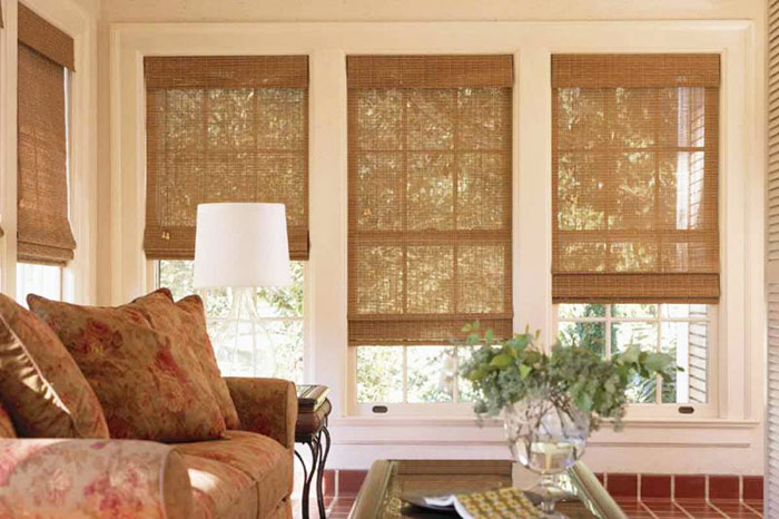 Бамбуковые шторы в интерьере гостиной