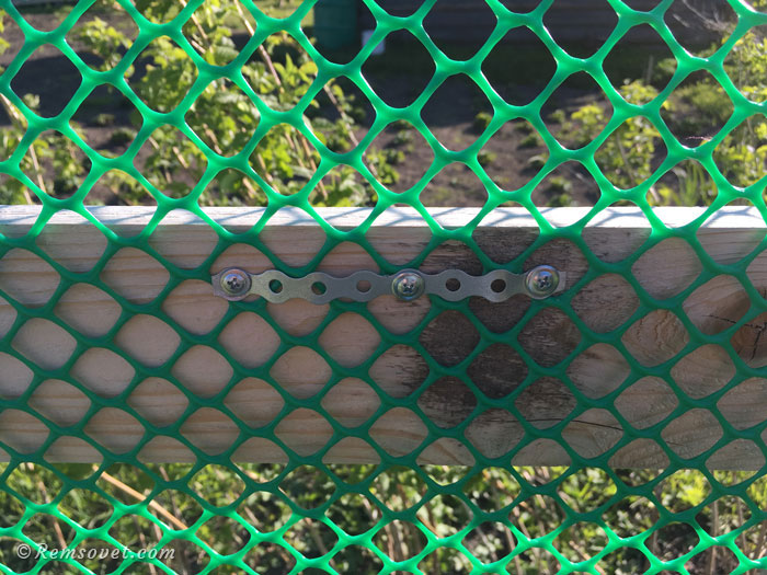 Пример крепления сетки при помощи перфоленты и саморезов