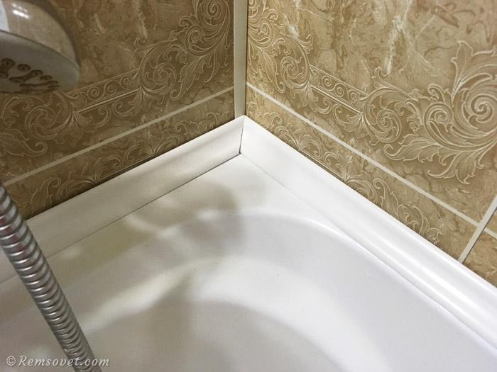 Прикладываем плинтусы на ванну