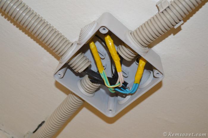 Соединение кабелей в распаячной коробке при подключении розеток