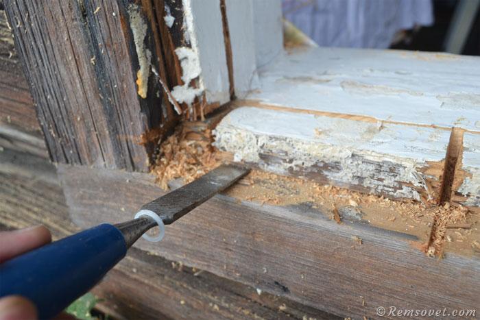 Дорабатываем паз с помощью стамески и молотка